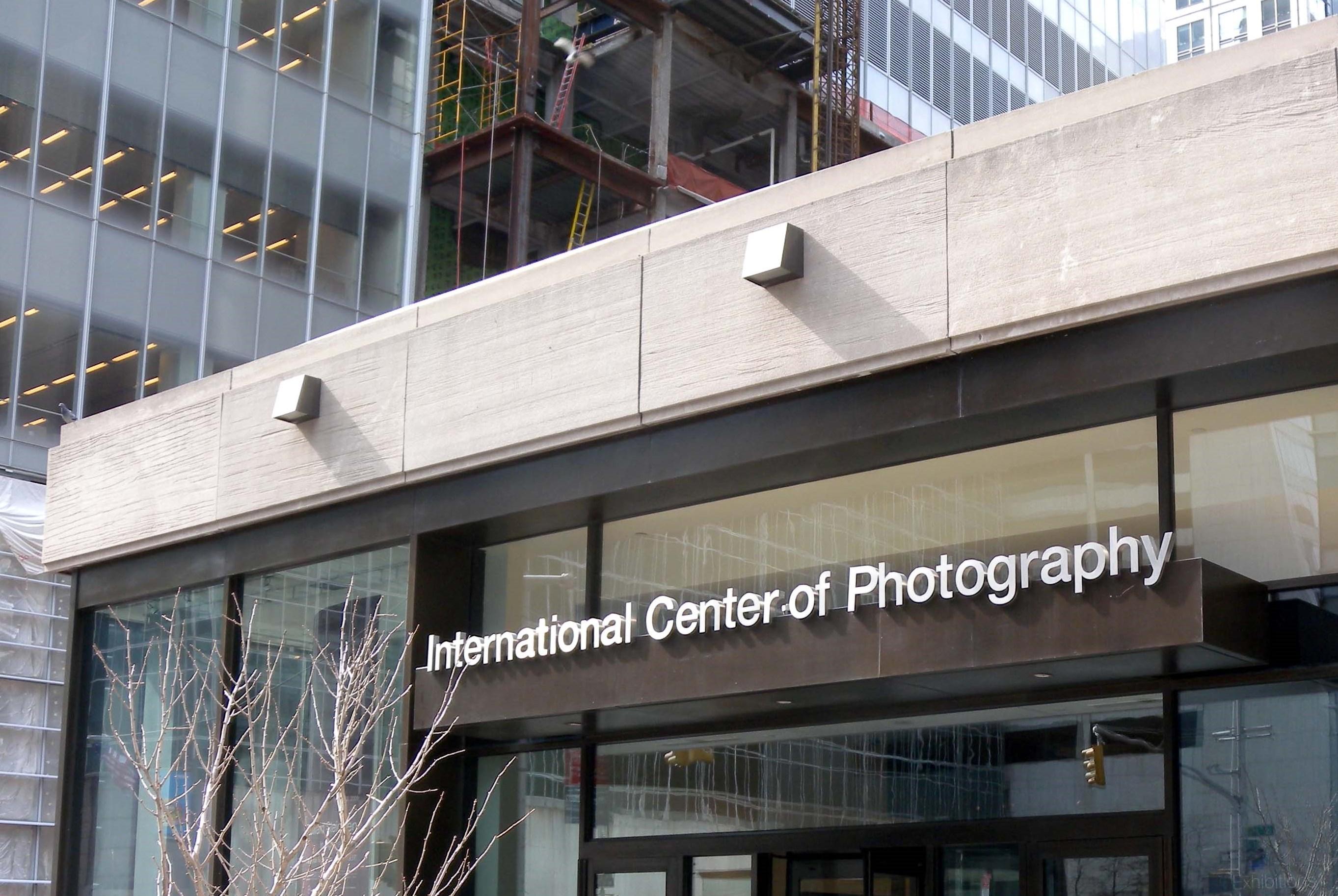 Das International Center of Photography wurde 1974 auf die Initiative des Fotografen Cornell Capa hin gegründet. Das New Yorker Institut soll als Vorbild für die Ausrichtung des Capa-Zentrums in Budapest dienen.