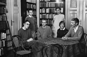 """Familie E. (Ärztin, Archäologe) am Esstisch"" (Berlin, Mai 1985)"