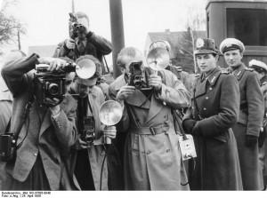 """Altglienicke, 24. April 1956: Westliche Fotografen werden nach Ost-Berlin bestellt, um dort die Aufdeckung der Spionageaktion der CIA """"Operation Gold"""" zu dokumentieren."""
