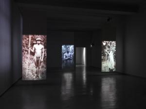 """Blick in den Ausstellungsraum: """"Fotografien berühren"""", ein Projekt des Ethnologen Michael Kraus und des Szenografiebüros chezweitz"""