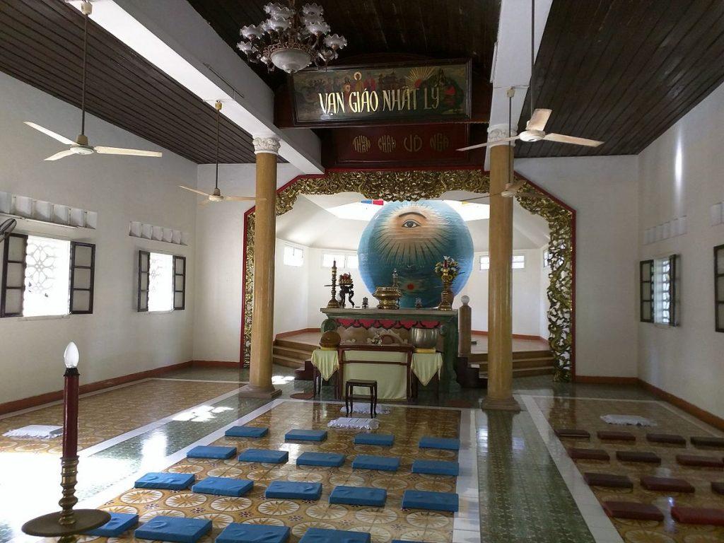 Cao-Dai-Tempel in Da Nang (Vietnam), 20. August 2015, Foto: Dada1960, Quelle: Wikimedia Commons https://commons.wikimedia.org/wiki/File:Danang_Temple_Interior_2.jpg?uselang=de CC-BY-SA 4.0