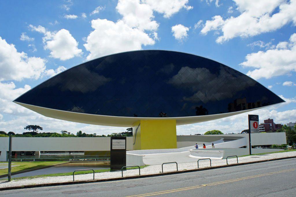 Museum Oscar Niemeyer, Curitiba (Brasilien), 13. November 2013. Foto: Mariordo (Mario Roberto Durán Ortiz), Quelle: Wikimedia Commons https://commons.wikimedia.org/wiki/File:CWB_Olho_Niemeyer_11_2013_7268.JPG?uselang=de CC BY-SA 3.0 https://creativecommons.org/licenses/by-sa/3.0/deed.de