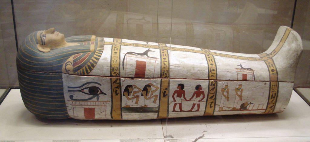 """Auge des Horus: Ausschnitt aus dem Holzsarg der Mumie """"Madja"""" aus Deir el-Medina, um 1450 v.Chr., Louvre Paris, gemeinfrei"""