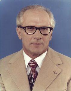 Archiv-August #5: Biografische Bildpolitik – Erich Honecker und das zeitlose Herrscherporträt